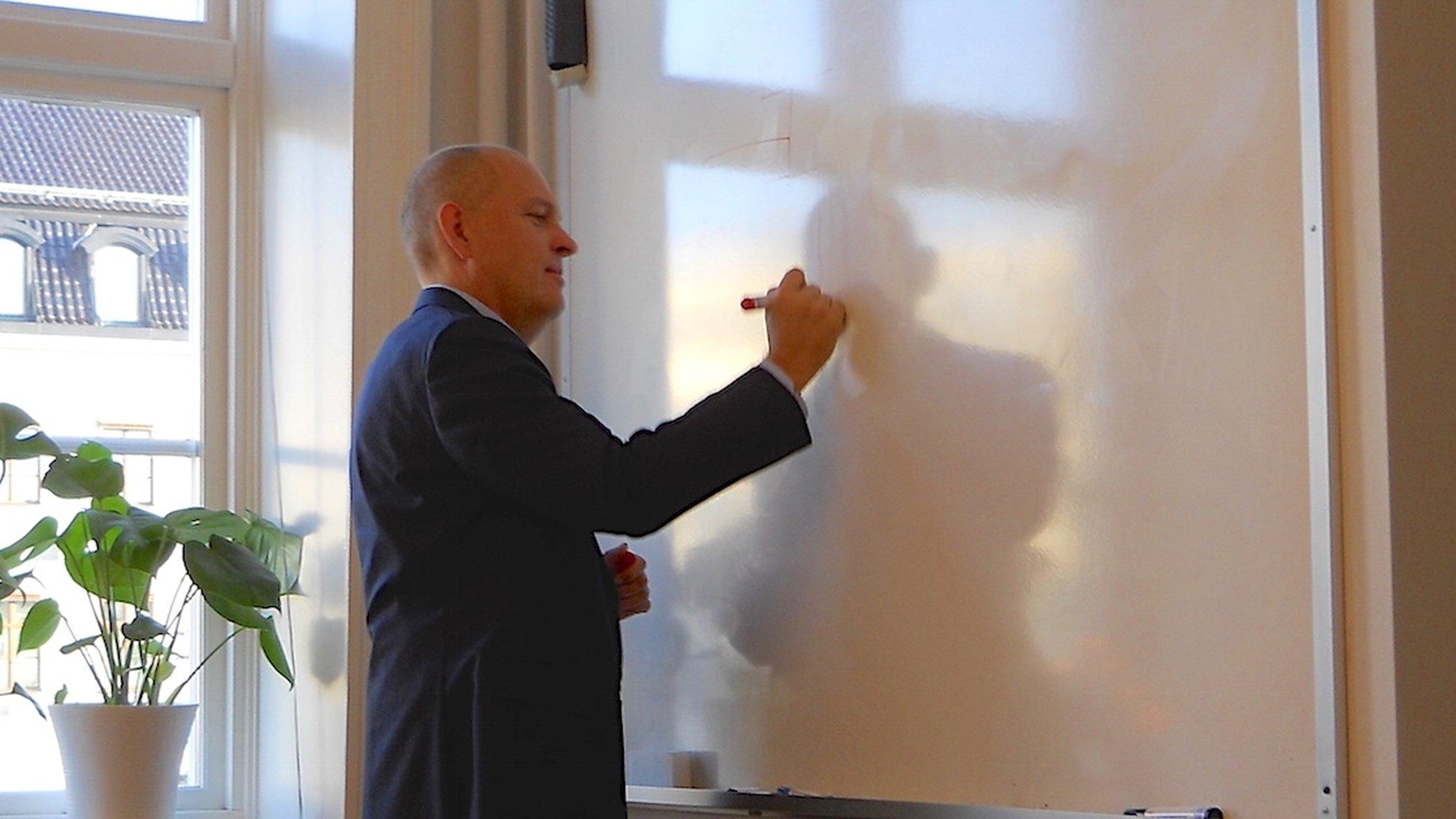 Mats Balkö skissar vid whiteboard