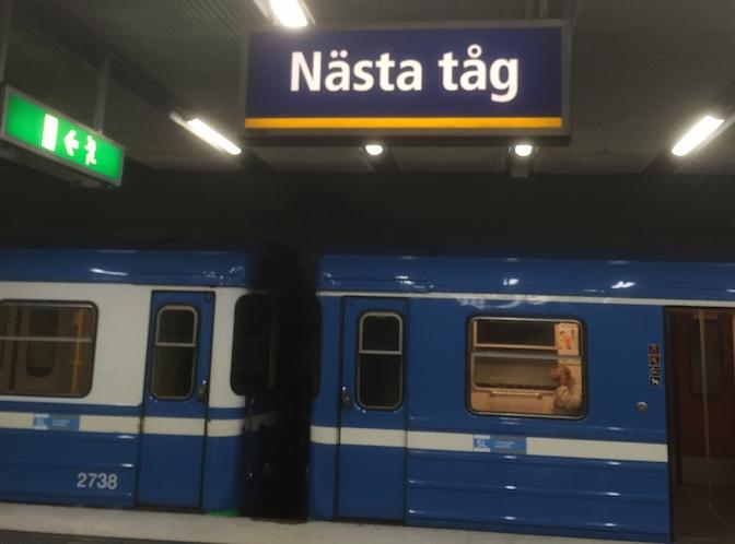 Nästa tåg-skylt vid perrongen